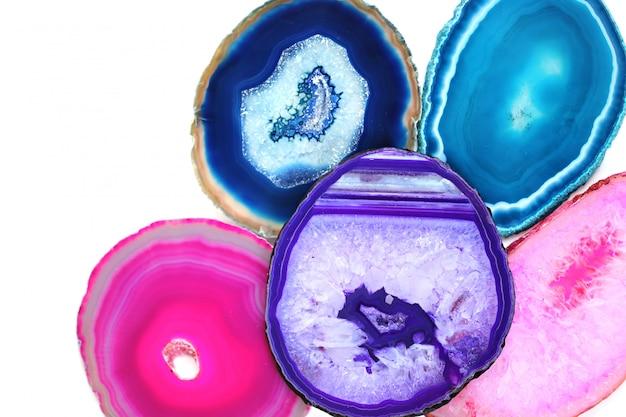 Satz helle rosa, türkise, blaue, purpurrote achatsteine lokalisiert auf weißem hintergrund