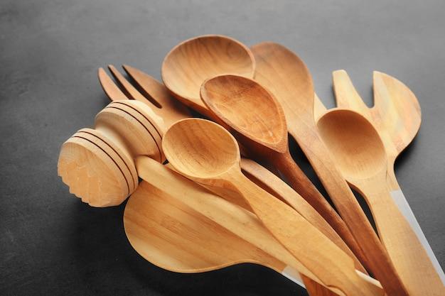 Satz hölzerne küchenwerkzeuge auf grauem tisch
