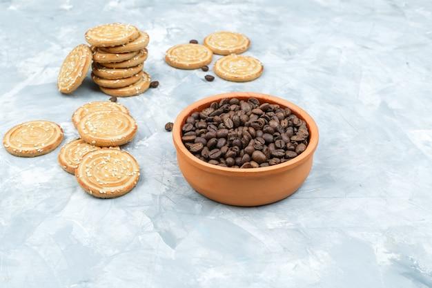 Satz kaffeebohnen und kekse auf einem schmuddeligen hintergrund