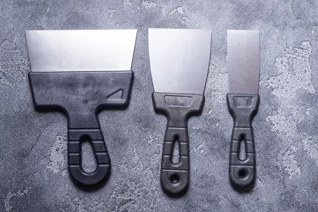 Satz kittmesser auf grauem hintergrund