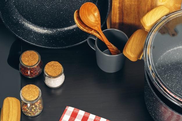 Satz kochgeschirr auf einer küchentheke