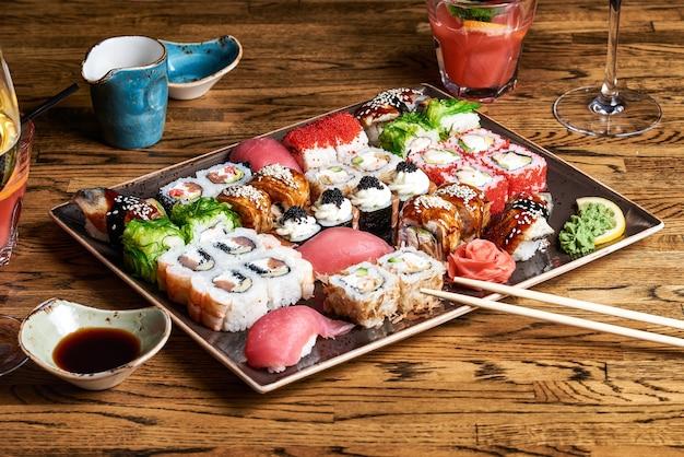 Satz köstliche verschiedene brötchen und sushi in einer glasplatte