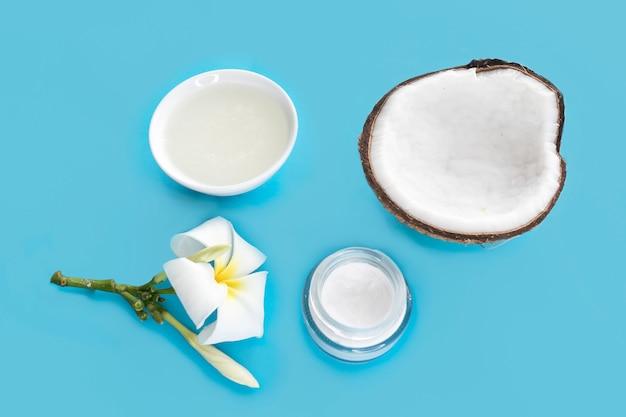 Satz kokosnuss für schönheit, gesundheit von haar, gesicht, haut. kokosnuss halbiert, kokosöl, sahne, blume. beauty-gesundheitskonzept. frische bio-naturprodukte aus kokosnusskosmetik.