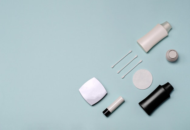 Satz kosmetische produkte auf einem blauen hintergrund, flach lag mit kopierraum.