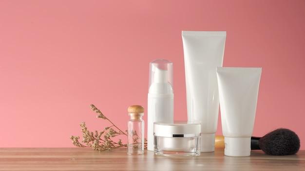 Satz kosmetische produkte auf einem farbhintergrund.