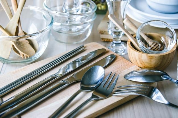 Satz küchengeschirr auf tabelle, küchengeräte