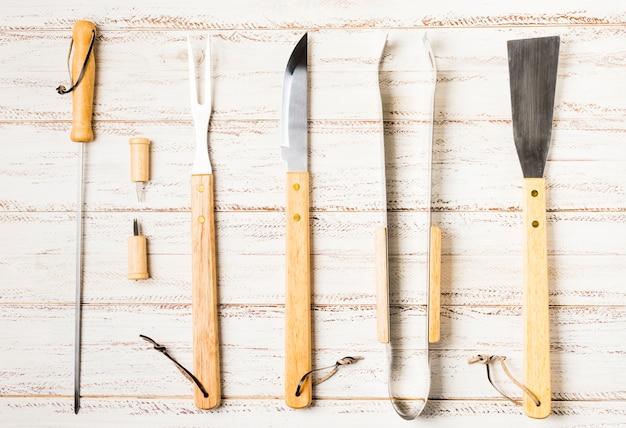 Satz küchenmesser mit den hölzernen händen
