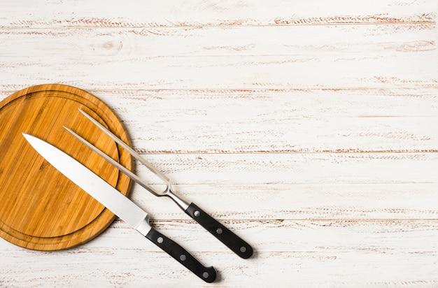 Satz küchenmesser mit den schwarzen händen