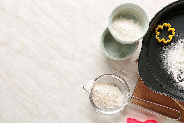 Satz küchenutensilien zum vorbereiten der bäckerei auf hellem hintergrund