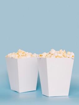 Satz leckere popcornboxen auf dem tisch