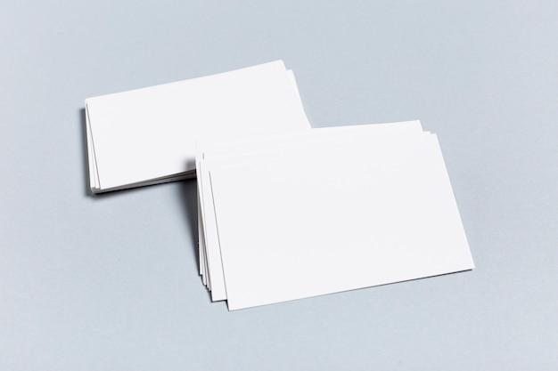 Satz leere visitenkarten auf blauer tabelle
