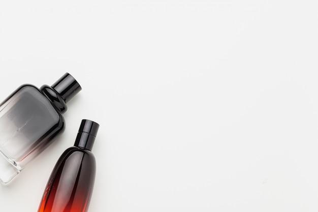 Satz luxusparfümflaschen. isolierte hintergrund
