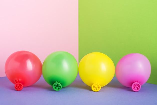 Satz mehrfarbige luftballons auf pastell minimalem hintergrund.