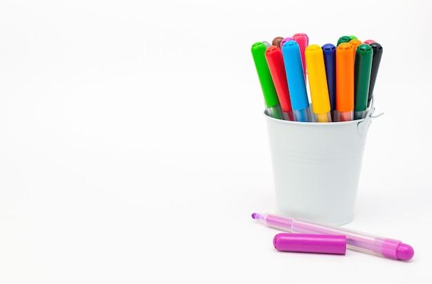 Satz mehrfarbige markierungen in einem hellblauen eimer auf einem weißen hintergrund-nahaufnahmebanner. zeichnen von filzstiften, bleistiften, tinte, künstlerwerkzeugen, kreativität, freizeit, hobby. bunte schulsachen.