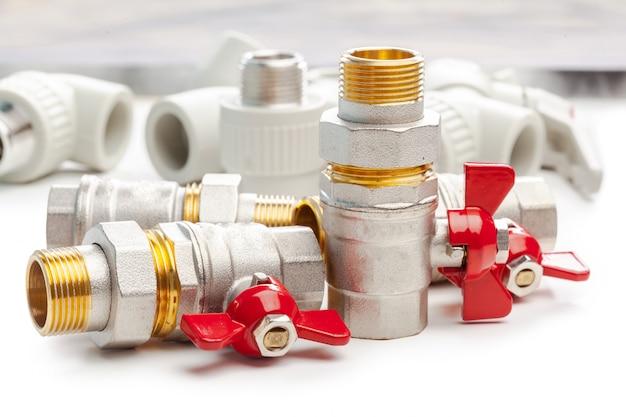 Satz metall-plastikinstallationskupplungen, adapter, stecker lokalisiert