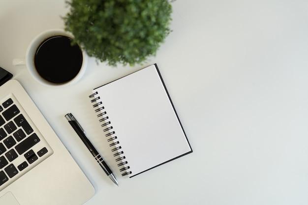 Satz moderne computergeräte - nahes hohes des laptops, der tablette und des kaffees