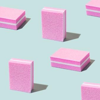 Satz nagelfeilen, schmirgelbrett für maniküre, nägel. pink buff zum polieren der nägel auf blauem grund. minimales muster, trendige schatten, kräftige farbe. duoton. modernes foto.