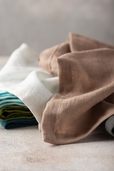 Satz natürliche leinenservietten auf dem hellen hintergrund, textilkonzept