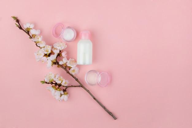 Satz naturkosmetik und spa-produkte auf einer rosa wand. flach liegen mit platz für text.