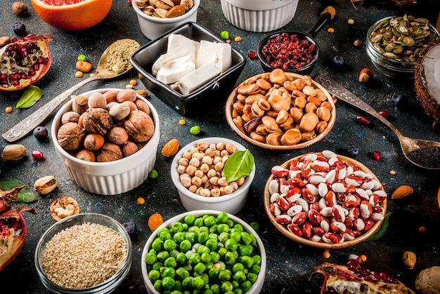 Satz organisches lebensmittel der gesunden diät, superfoods - bohnen, hülsenfrüchte, nüsse, samen, grüns, obst und gemüse