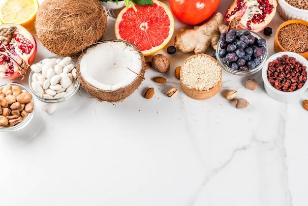 Satz organisches lebensmittel superfoods der gesunden diät bohnenhülsenfrüchte nuts samengrünobst und gemüse