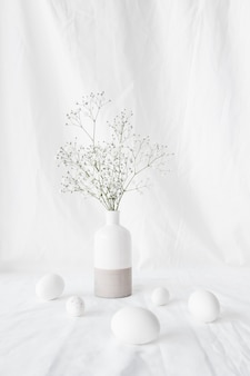 Satz ostereier nahe betriebsniederlassungen im vase