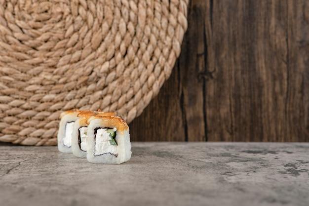 Satz panierte sushi-heiße brötchen auf steintisch