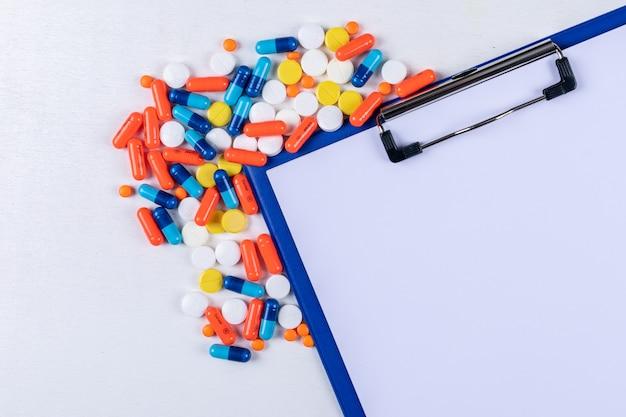 Satz papierhalter und pillen