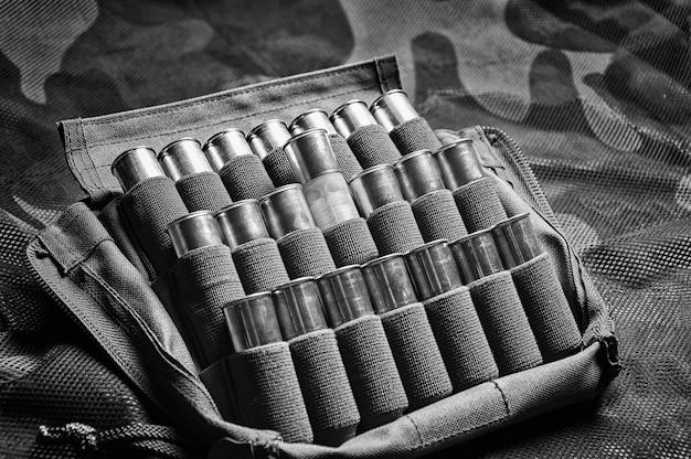 Satz patronen für eine schrotflinte. das konzept der jagd, militärmunition, geschäfte, die waffen verkaufen. gemischte medien