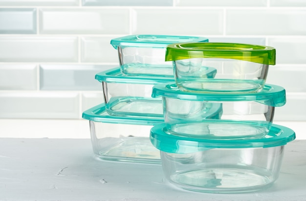 Satz plastikkastengeschirr auf küchenarbeitsplatte