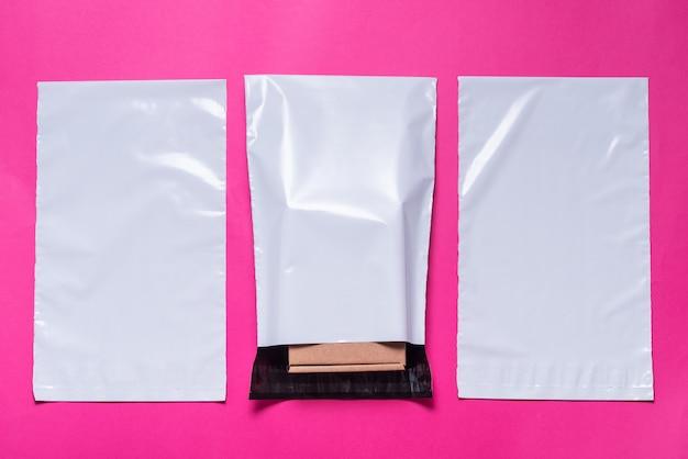Satz polyethylenumschläge auf rosa hintergrund