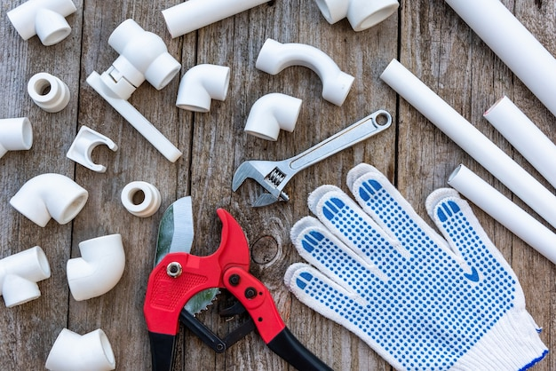 Satz polypropylenrohre, handschuhe und rohrschneider