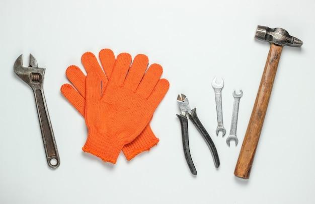 Satz professionelle arbeitswerkzeuge auf einem weißen hintergrund. draufsicht