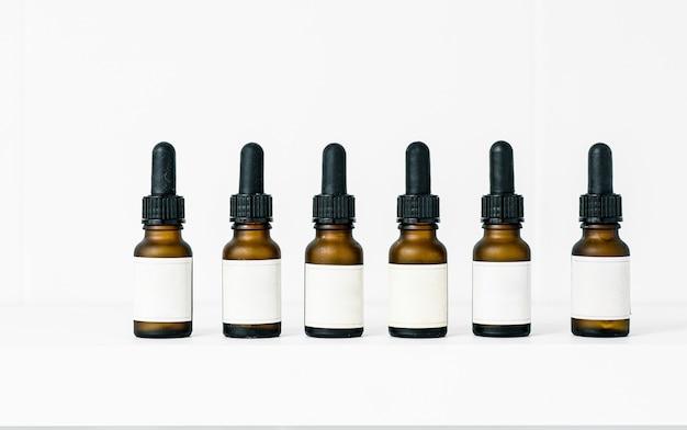 Satz realistische glasflaschen mit tropfer. kosmetikkolben oder fläschchen für bio-aromaöl