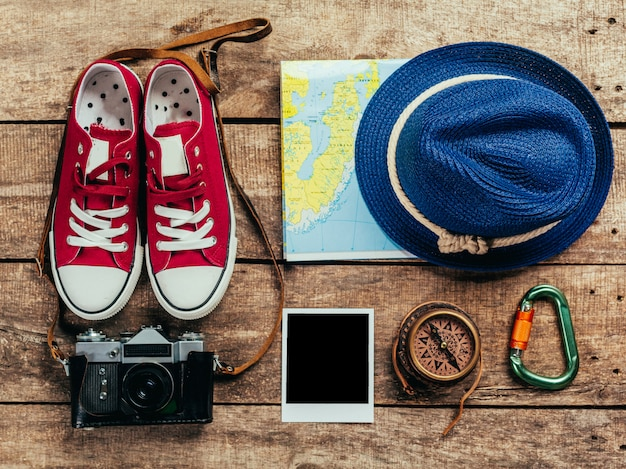Satz reisematerial auf hölzernem