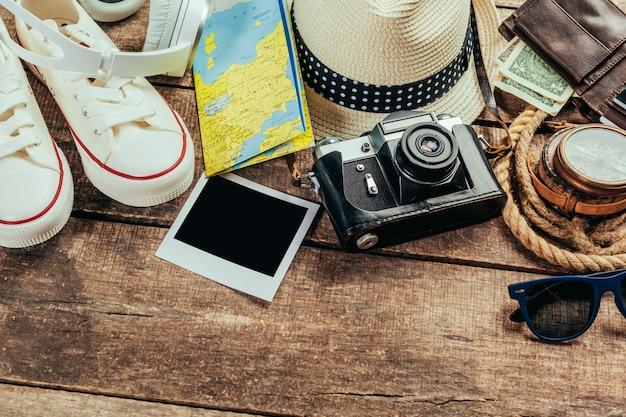 Satz reisematerial auf holz