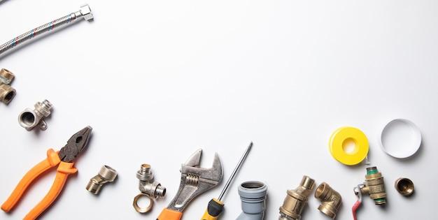 Satz sanitär und werkzeuge auf dem weiß