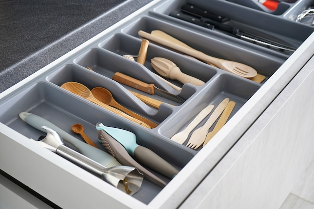 Satz saubere küchenutensilien in der schublade.