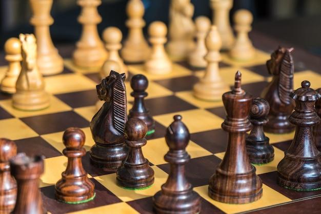 Satz schachfiguren auf dem spielbrett.