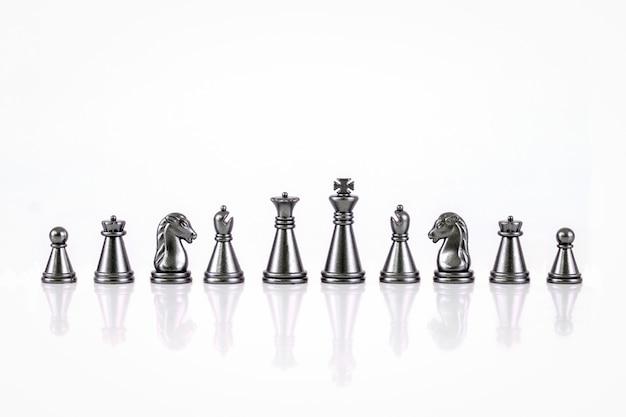 Satz schachfiguren lokalisiert auf dem weißen hintergrund