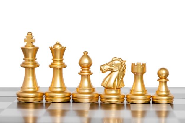 Satz schachfiguren, schachbrettspiel lokalisiert auf weißem hintergrund. beschneidungspfad.