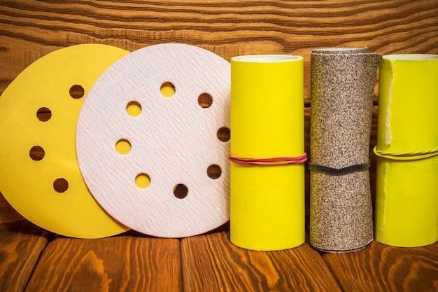 Satz schleifwerkzeuge und gelbes schleifpapier