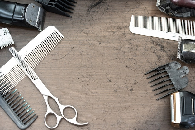 Satz schneidwerkzeuge zum schneiden von haaren im friseursalon bart salon. haarschmuck wie clippers und kamm auf holz schreibtisch tisch in einem professionellen friseur friseur