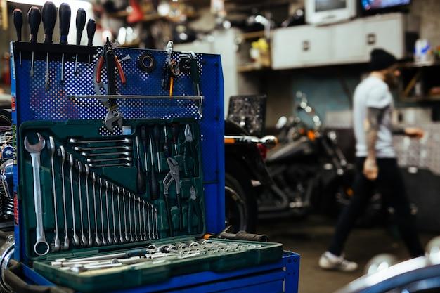 Satz schraubenschlüssel in der mechaniker-werkstatt