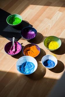 Satz schüsseln mit hellen trockenen farben auf fußboden