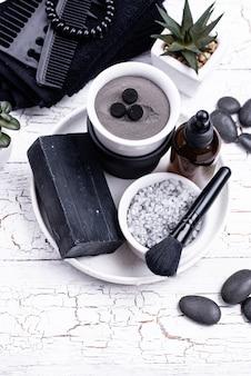 Satz schwarze holzkohle-entgiftungskosmetik