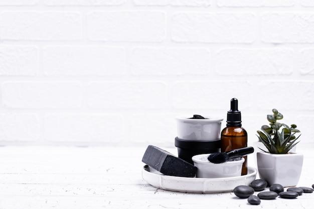 Satz schwarzer holzkohleentgiftungskosmetikhintergrund
