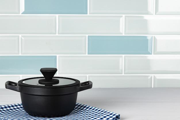 Satz schwarzes kochgeschirr auf küchentheke