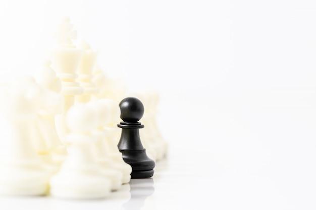 Satz schwarzweiss-schachfiguren auf weißem hintergrund