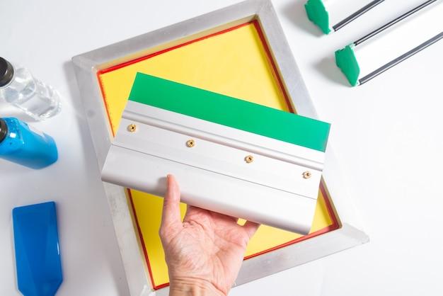 Satz siebdruckwerkzeuge, kit im hand